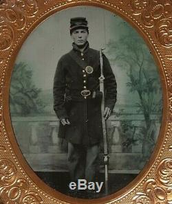 CIVIL WAR ARMED UNION SOLDIER IN FULL UNIFORM RUBY AMBROTYPE with PATRIOTIC CASE