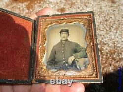 Civil War ambrotype photograph soldier with full uniform (rifer. T18)